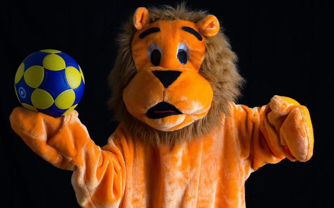 Lucky Lion gooit de bal naar…